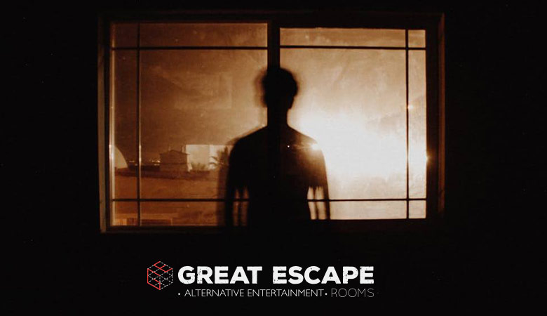 Άντρας μπροστά από παράθυρο σε δωμάτια απόδρασης Θεσσαλονίκη