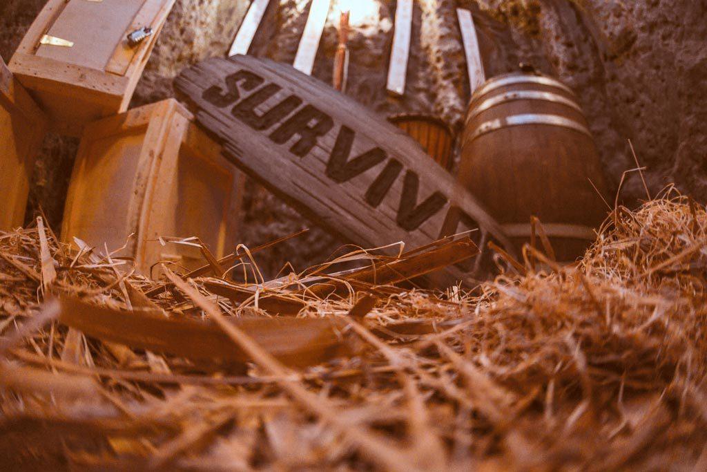 Βαρέλια και ξύλινα κουτιά στο The Survivor Escape Room Θεσσαλονίκης