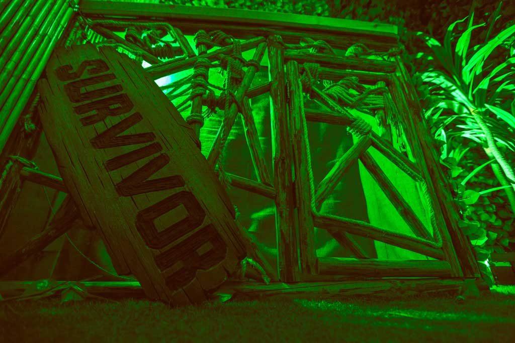 Ταμπέλα με πράσινο φωτισμό, στο Survivor Escape Room