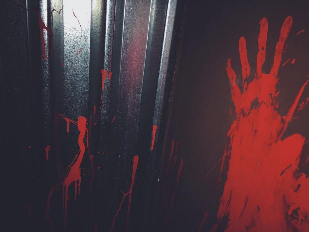 Σημάδια από αίμα στον τοίχο του Perfect Crime