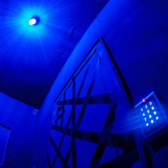 Δωμάτιο με μπλε φωτισμό στο Perfect Crime Escape Room Θεσσαλονίκη
