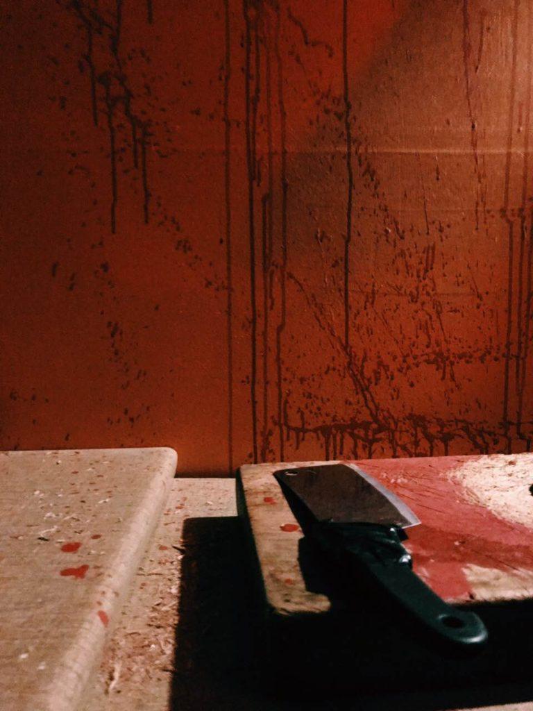 Μπαλτάς και τοίχος γεμάτος αίματα στο The ritual nightmare edition escape room Θεσσαλονίκη