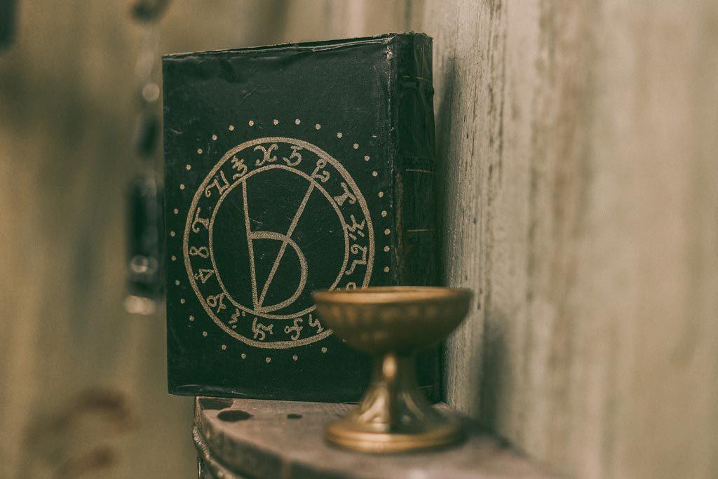 Μαύρο βιβλίο στο The ritual nightmare edition escape room Θεσσαλονίκη