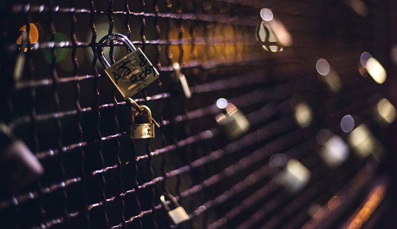 Κρεμασμένα λουκέτα σε Escape Rooms Θεσσαλονίκη