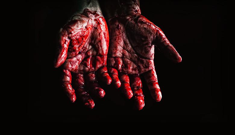χέρια με αίμα στα τρομακτικά παιχνίδια