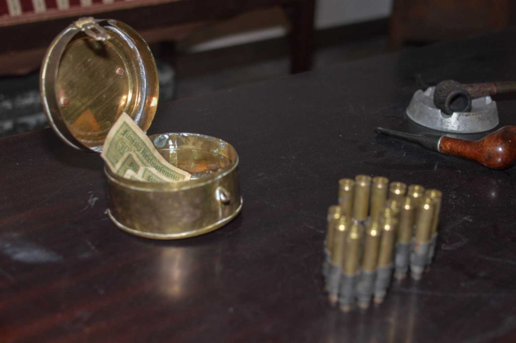 Σφαίρες και σταχτοδοχείο στο The Secret Agent Escape Room Θεσσαλονίκη