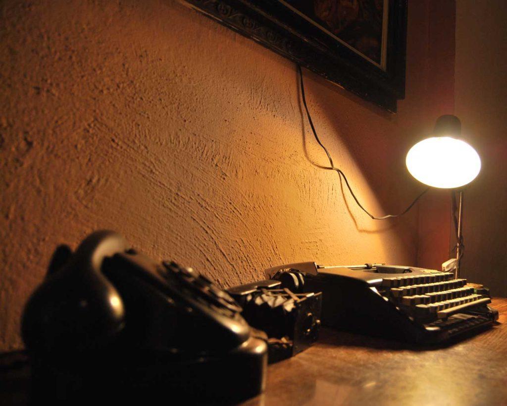 Τηλέφωνο, λάμπα και γραφομηχανή