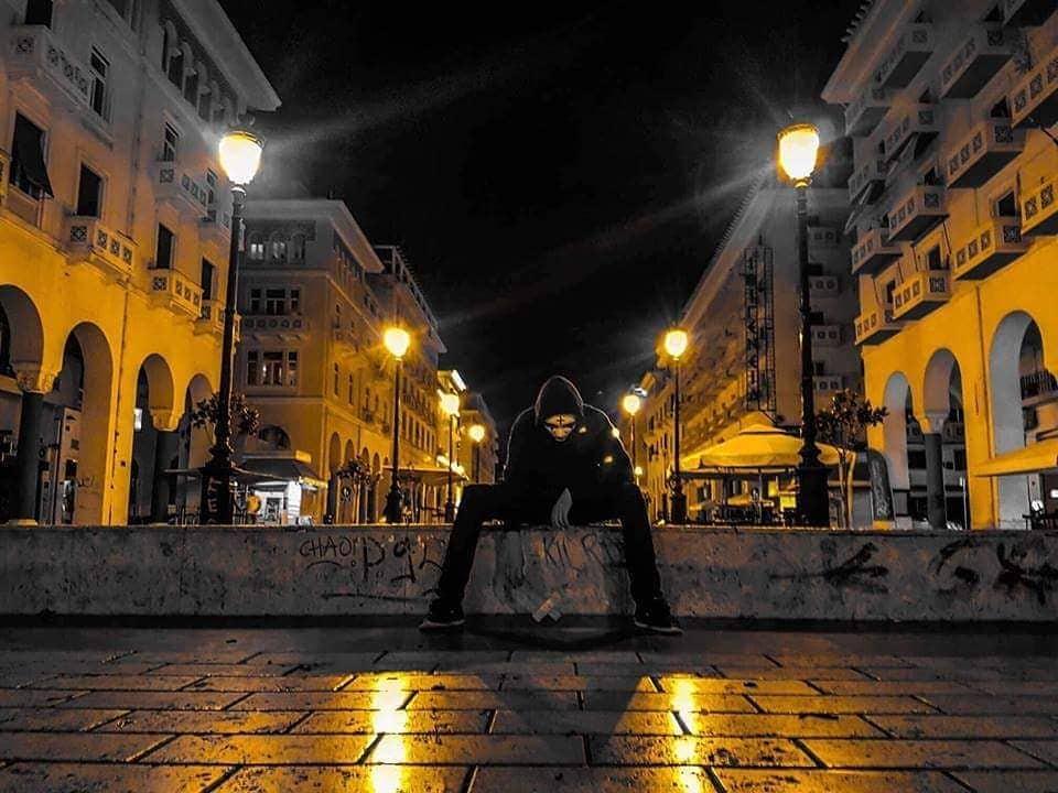 Άντρας με μάσκα σε πλατεία της Θεσσαλονίκης