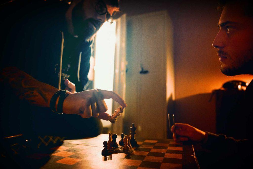 Δύο άτομα παίζουν σκάκι στο The Secret Agent Escape Room