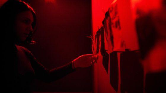 Γυναίκα στο κόκκινο δωμάτιο Perfect Crime Escape Room Θεσσαλονίκη