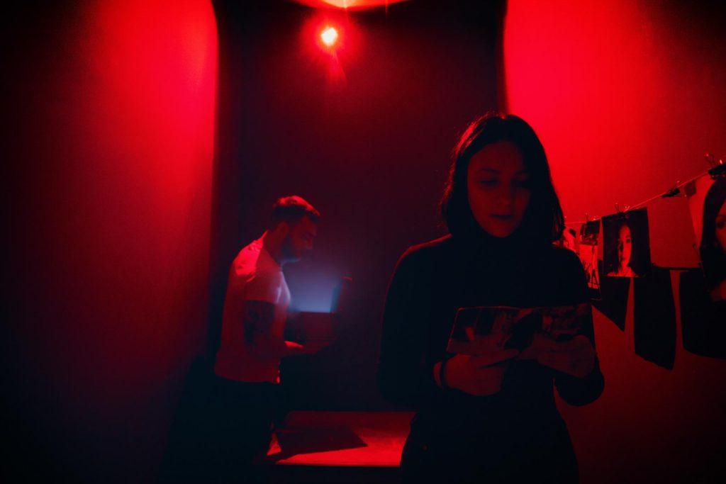 Ζευγάρι στο κόκκινο δωμάτιο Perfect Crime Escape Room Θεσσαλονίκη